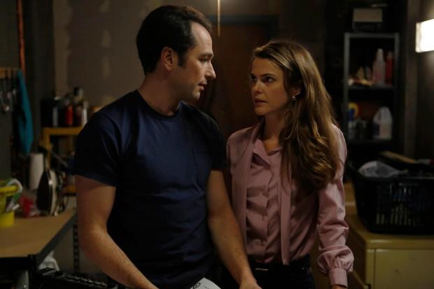 Имаме ли време за един бърз секс в мазето преди срещата с КГБ? - Matthew Rhys и Kerri Russell в The Americans © FX
