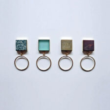 Пръстени от 18-каратово злато, стъкло и камъни, намерени в морето, 590 лева