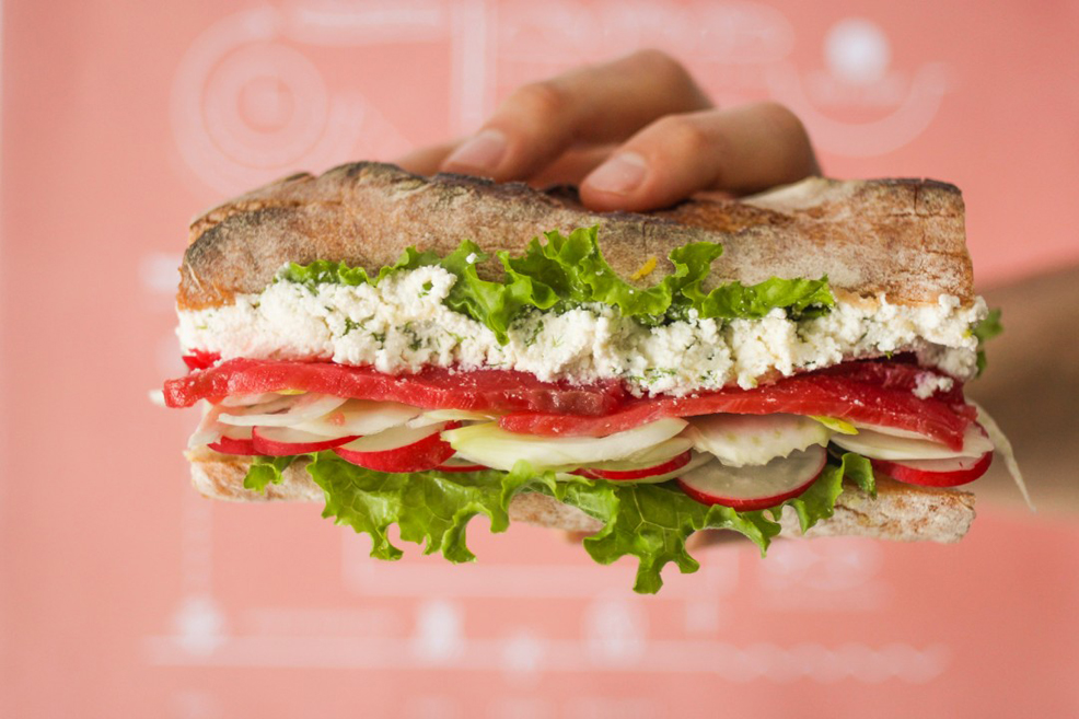 Извара и сьомга: единственият сандвич, който съдържа няколко вносни продукта, но няма страшно. Съдържа мус от органична извара, ленти ръчно осолена норвежка сьомга без изкуствени овкусители, консерванти и оцветители, пресни шайби репички и фенел (нещо като сладък копър).