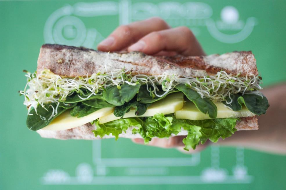 Лек, ненатрапчив и свеж сандвич от зрял органичен кашкавал, бейби спанак и кълнове от броколи и френска горчица.