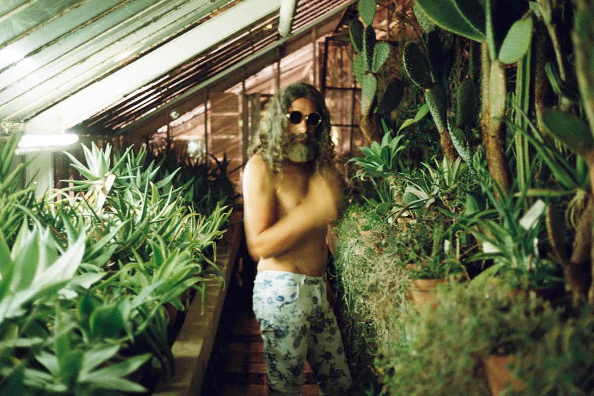 Чичо Пацо е велик! Снимката е от мейкинга на клипа към Pictionary на APE MEN © Любомир Игнатов