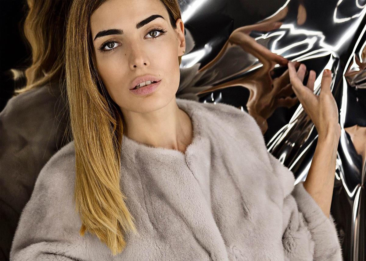 Бледо сиво палто от визон Yves Salomon, 11260 лева © Yo Vo за ALL U Re