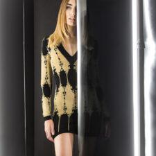 Мини рокля от жакарден трикотаж в черно и златно Balmain, 3360 лева © Yo Vo за ALL U Re